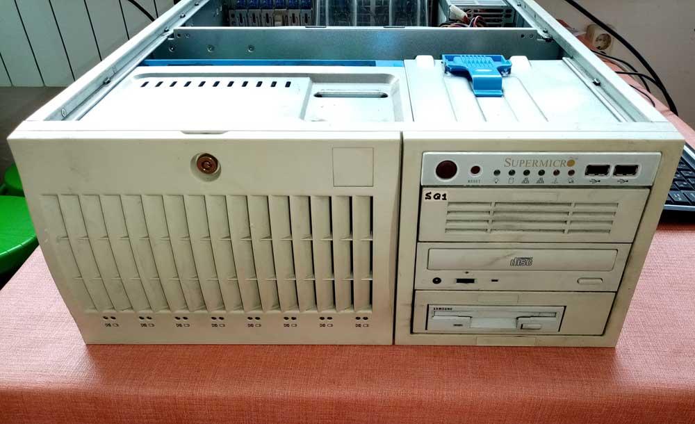 Внешний вид со снятой крышкой. Сервер Supermicro X6DH8-G2