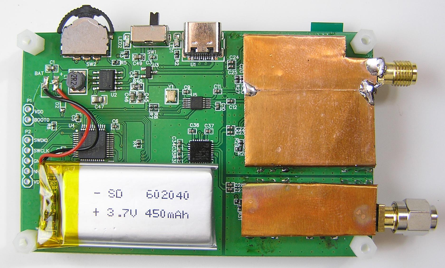 Доработанный NanoVNA со снятой задней крышкой, с экранированием высокочастотных цепей.