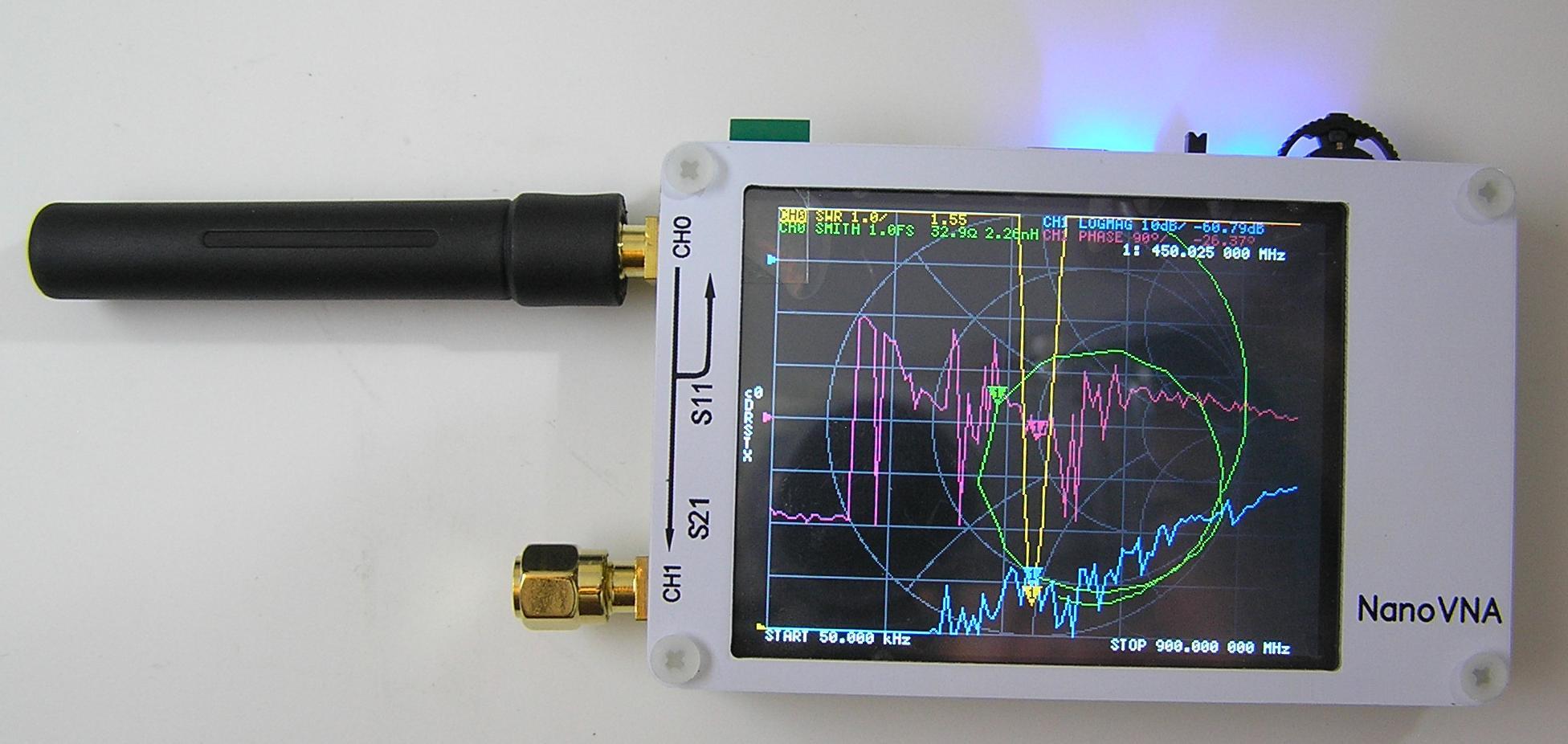 Измерение характеристики случайной антенны диапазона 433 МГц. Реальная частота резонанса 450 МГц, КСВ(SWR) 1.55 (жёлтый канал). Остальные каналы (фиолетовый, синий и зелёный) в этом измерении не участвуют и могут быть отключены через меню прибора.